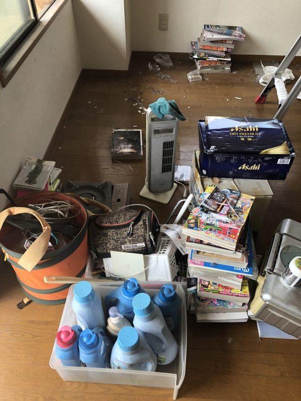 散らかった状態のお部屋から不用品を回収して部屋を空っぽに!即日対応で作業も手際よくて助かった、と喜んで頂けました!